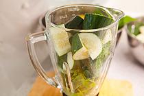 Рецепт: Освежающий коктейль из огурцов, лайма и мяты