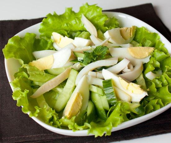 Зеленый салат со сметаной и яйцом