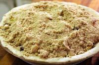 Пирог из яблок, клюквы и смородины
