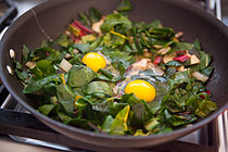 recept-yajca-v-svekolnom-salate-mangold-s-gribami-3
